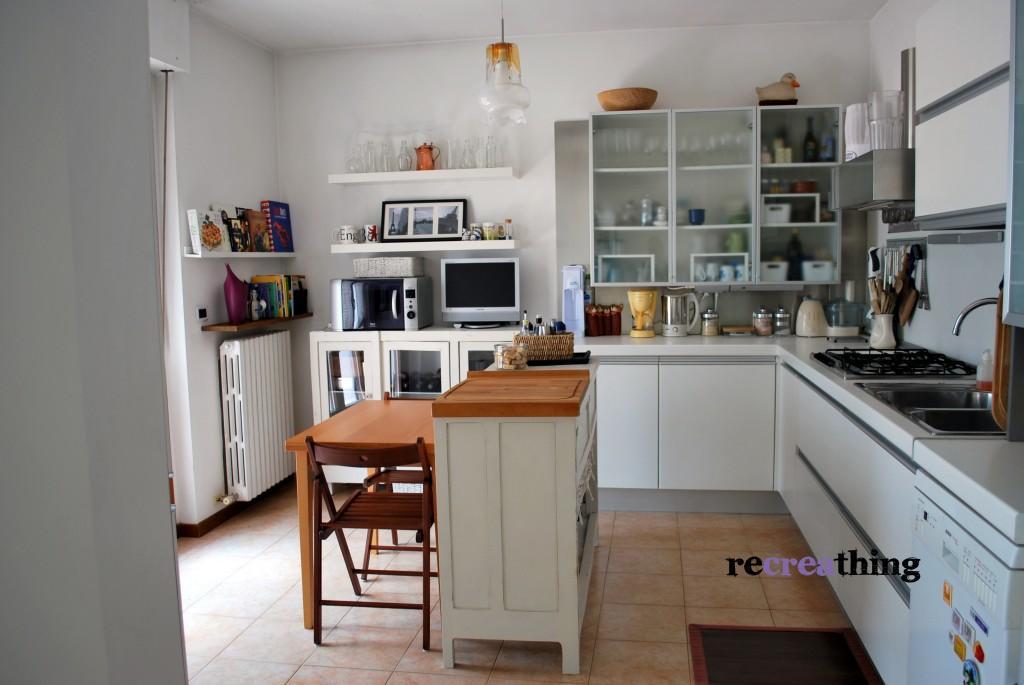 Cucina risistemata con il riciclo recreathing for Tavolo penisola ikea