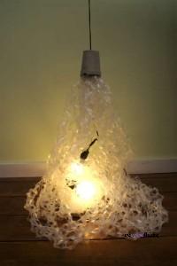 lampada con la plastica delle confezioni da 6